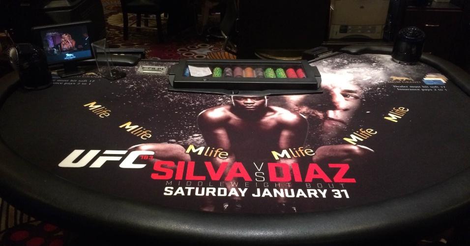 27.jan.2015 - Mesas de blackjack do hotel MGM estão encapadas para promover a luta de sábado entre Anderson Silva e Nick Diaz pelo UFC 183