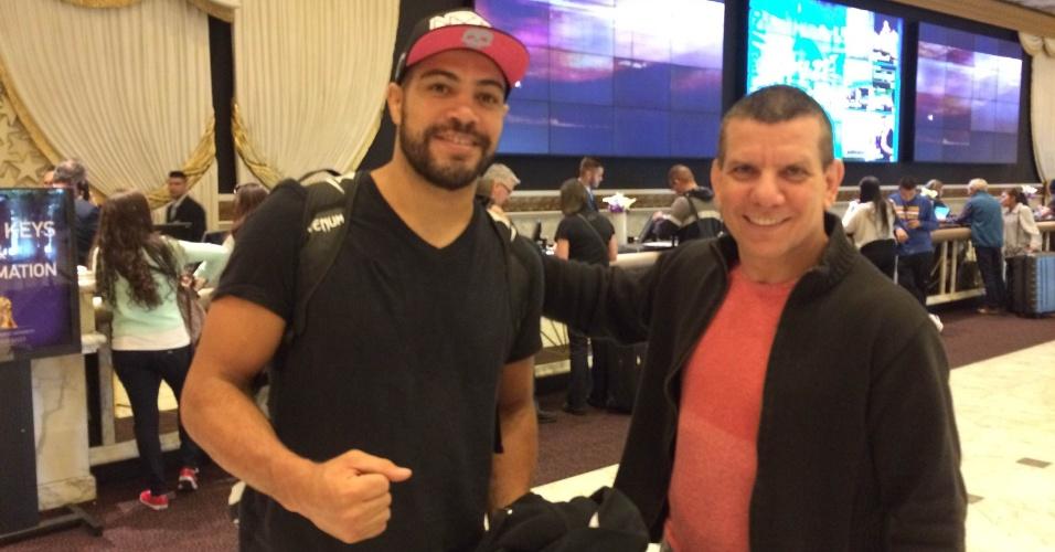27.jan.2015 - Thales Leite (e), que lutará no sábado no UFC 183 contra Tim Boetsch, posa ao lado do técnico Dedé Pederneiras no aeroporto de Las Vegas