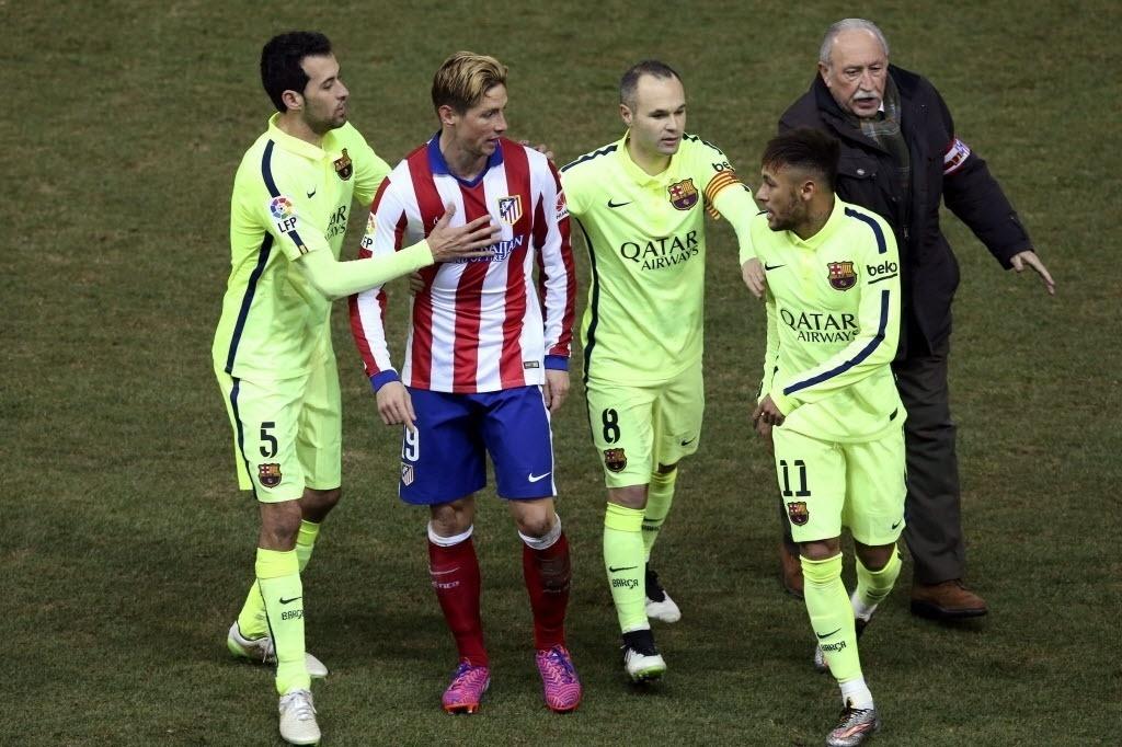 Neymar e Fernando Torres discutem no intervalo do jogo. O brasileiro foi protagonista da confusão após provocar a torcida do Atlético de Madri depois que fez seu segundo gol.