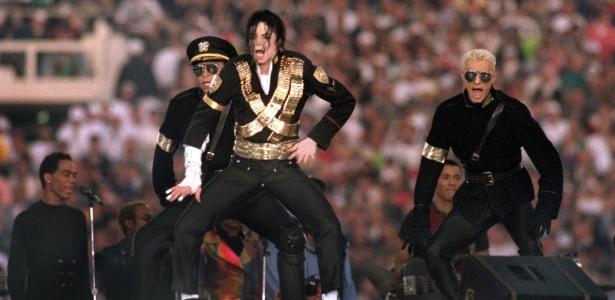 O cantor Michael Jackson fez show no intervalo do Super Bowl 27, realizado em janeiro de 1993, em Pasadena, nos Estados Unidos