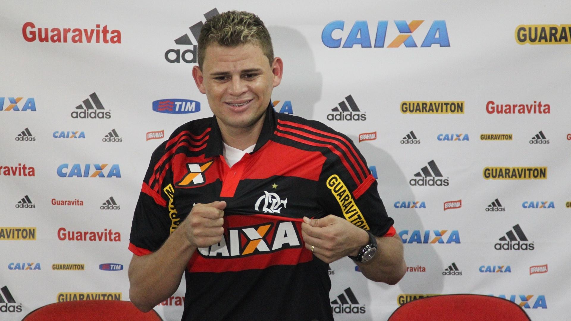 O volante Jonas é apresentado pelo Flamengo no Ninho do Urubu