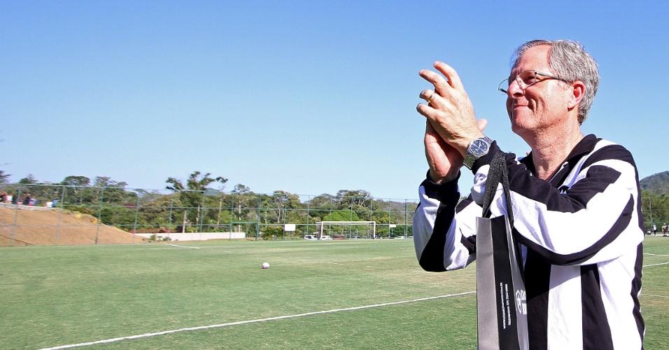 Presidente Carlos Eduardo Pereira aplaude torcedores do Botafogo durante treinamento