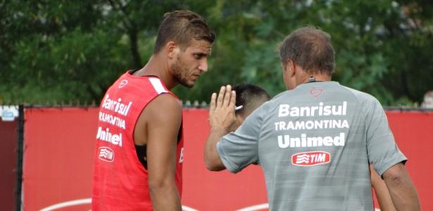 Se aprovado nos exames médicos, Rafael Moura pode voltar a trabalhar com Diego Aguirre