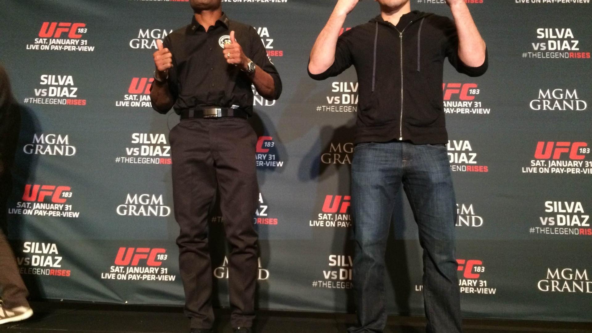 Anderson Silva e Nick Diaz posam para foto depois de encarada em evento em Las Vegas