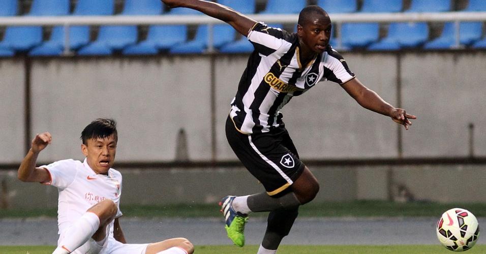 Atacante Sassá em ação pelo Botafogo contra o Shandong Luneng-CHI