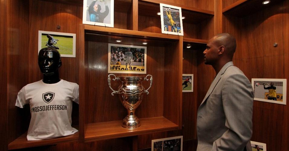 Jefferson observa intens do 'mini museus' que ganhou na loja do Botafogo