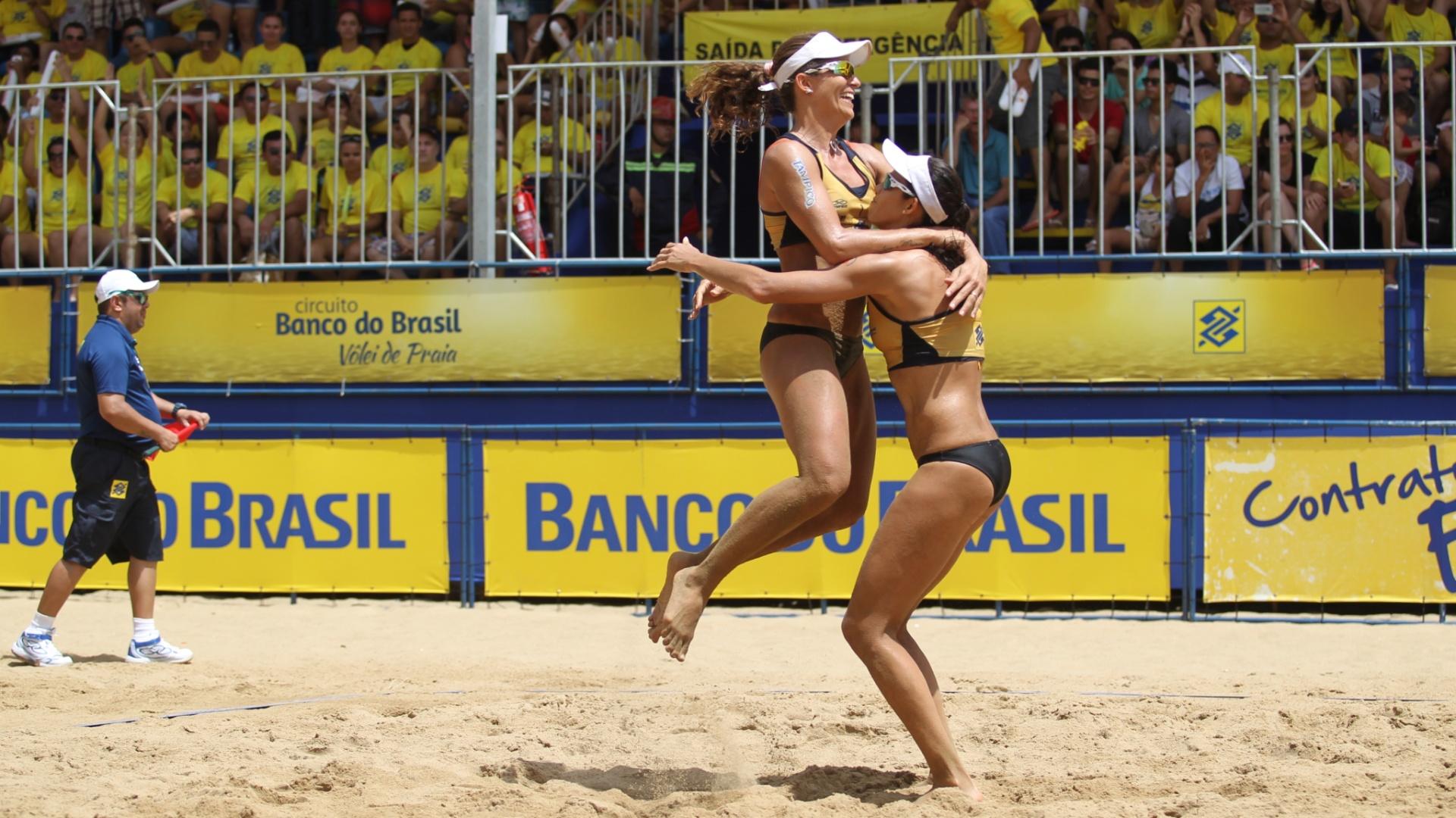 Larissa e Talita comemoram o título em Fortaleza: já são 58 vitórias seguidas