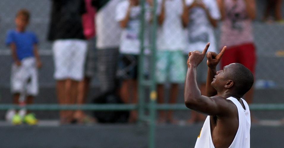 Sassá comemora gol marcado durante jogo-treino do Botafogo