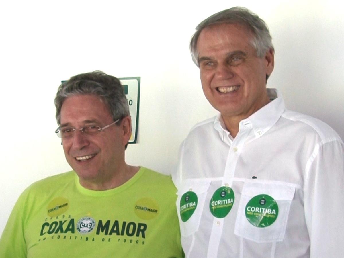 30.jan.2015 - Rogério Portugal Bacellar, novo presidente do Coritiba (e), posa ao lado do antecessor no cargo, Vilson Ribeiro de Andrade