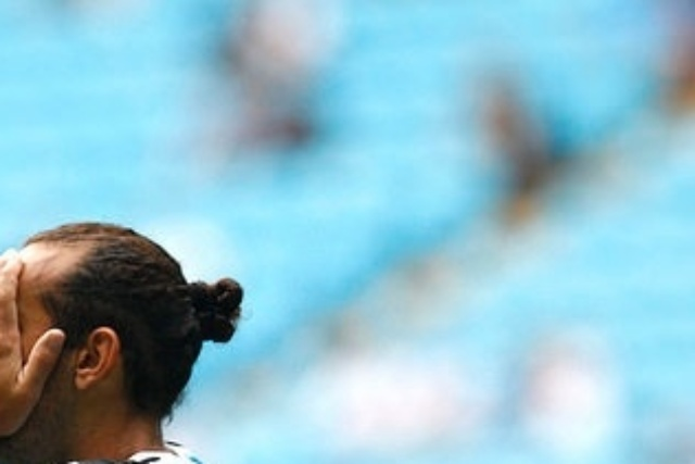 31 jan 2015 - Barcos comemora com o sinal de Pirata o gol do Grêmio neste sábado