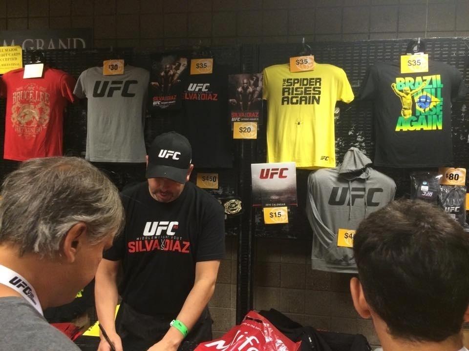 Loja dentro da MGM Arena, onde está sendo realizado o UFC 183, vende roupas da organização e de Anderson Silva