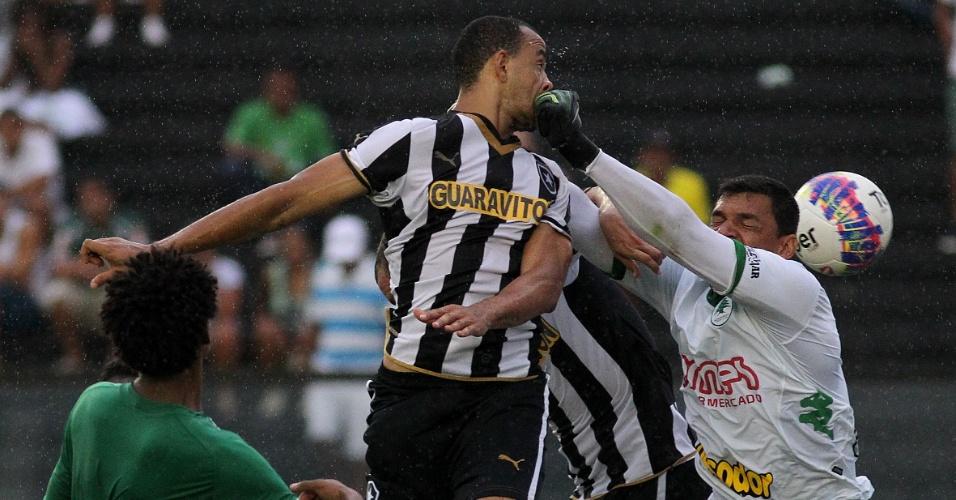 Roger Carvalho cabecei para marcar o gol da vitória do Botafogo sobre o Boavista