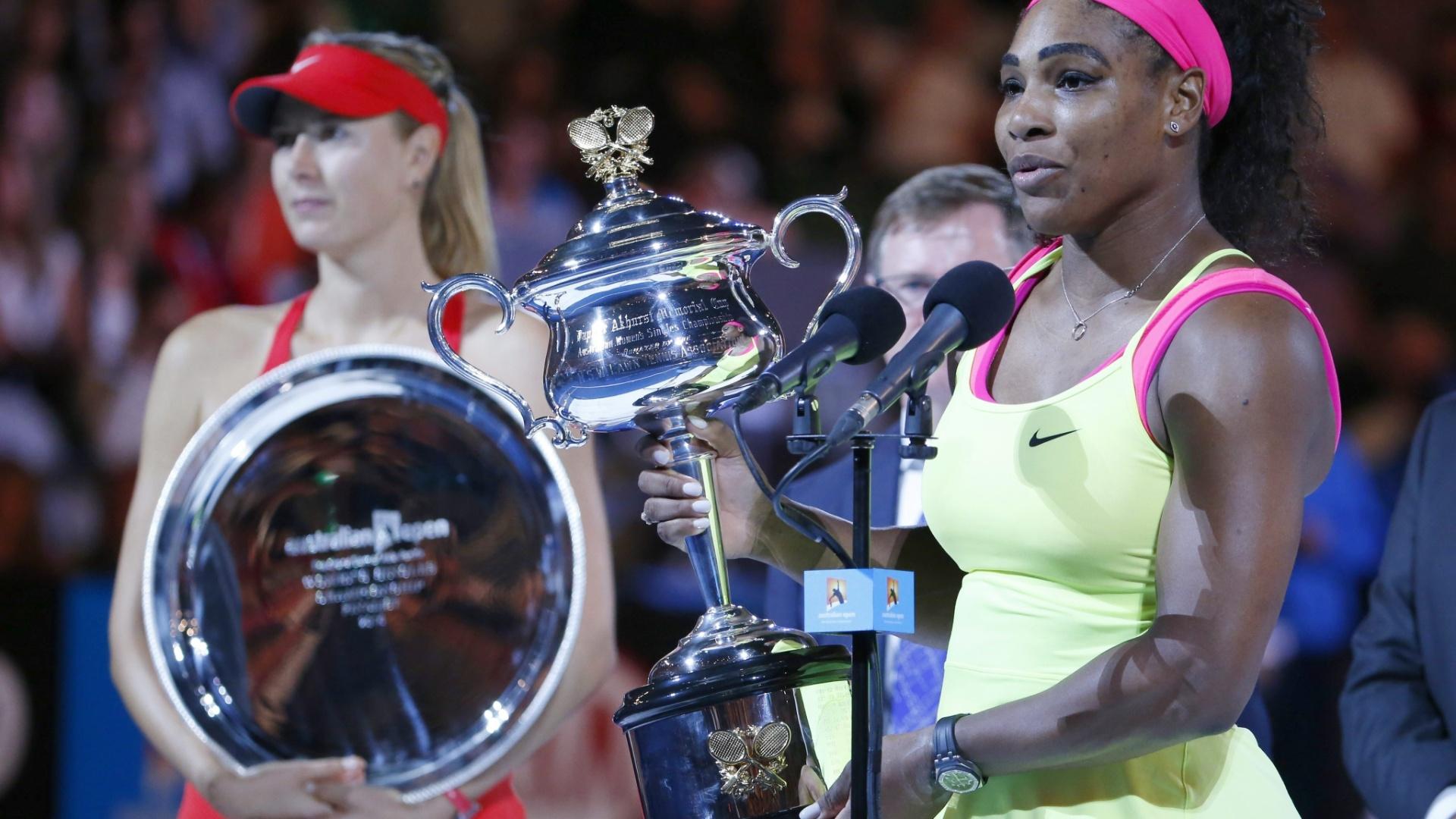 Serena faz discurso de agradecimento observada por Sharapova