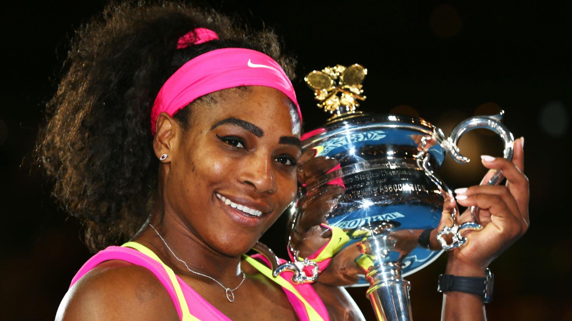 Serena posa para foto com a taça do Aberto da Austrália