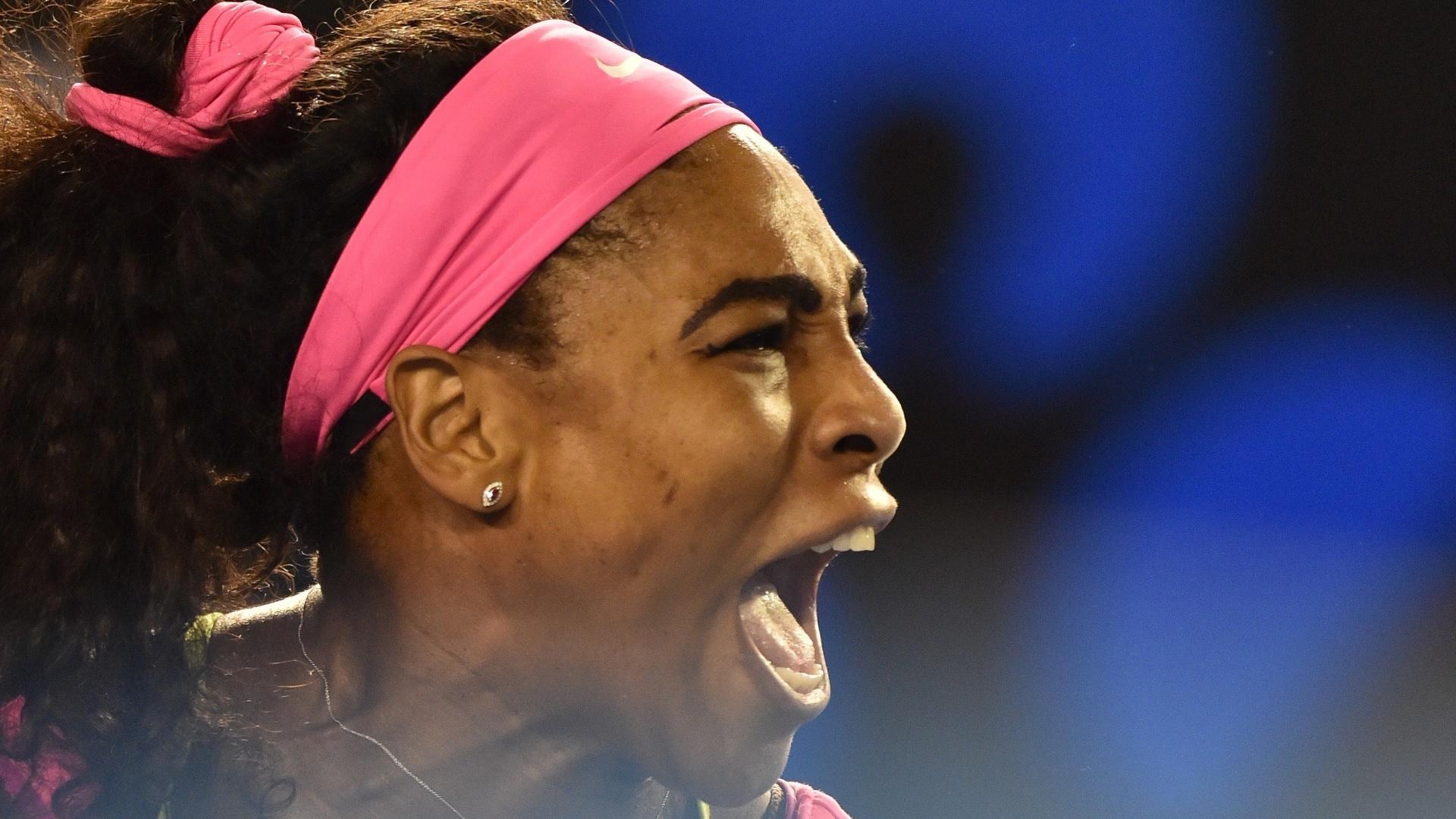 Serena Williams solta o grito após ganhar um ponto na decisão
