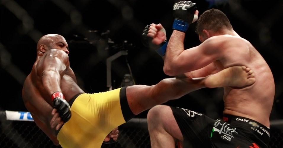 Anderson Silva acerta chute alto em Nick Diaz, na luta principal do UFC 183; brasileiro venceu por decisão unânime dos juízes