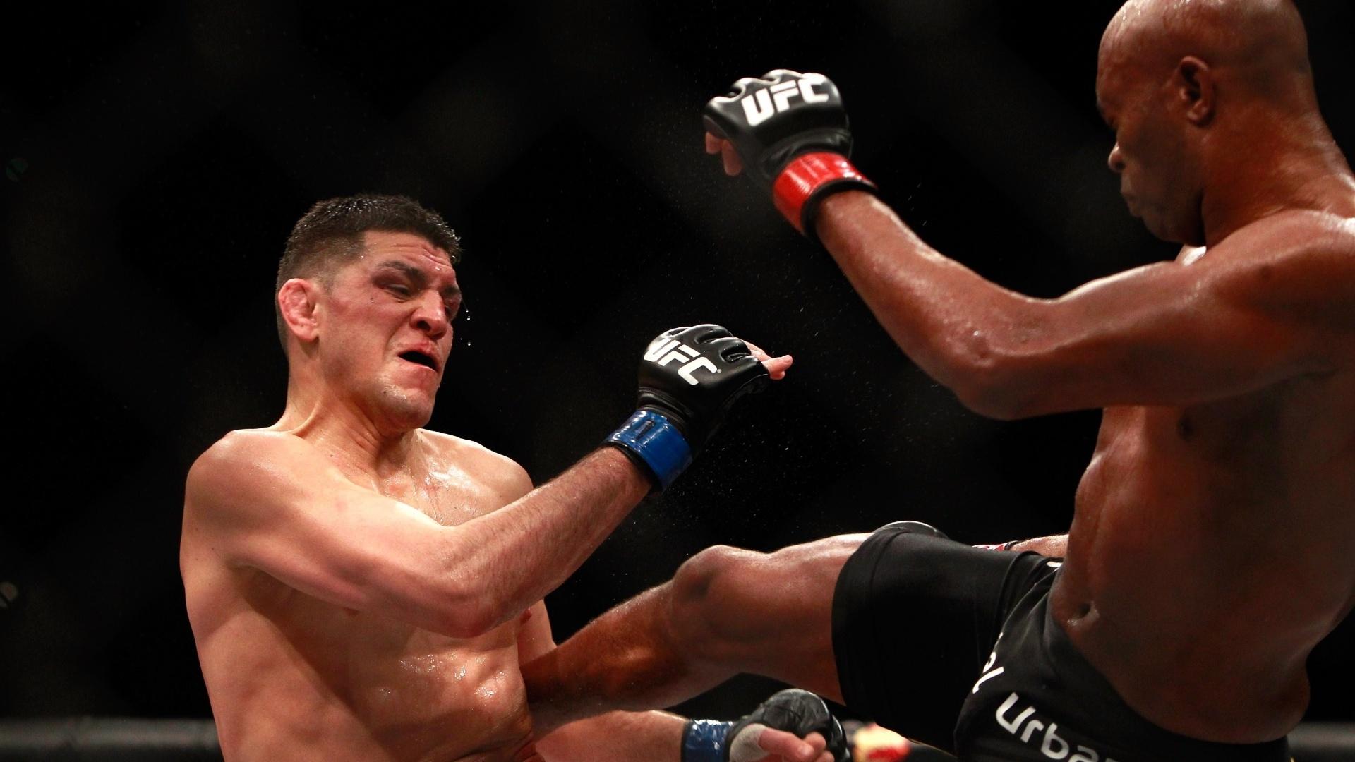 Anderson Silva acerta chute em Nick Diaz durante a luta principal do UFC 183 em Las Vegas (EUA)