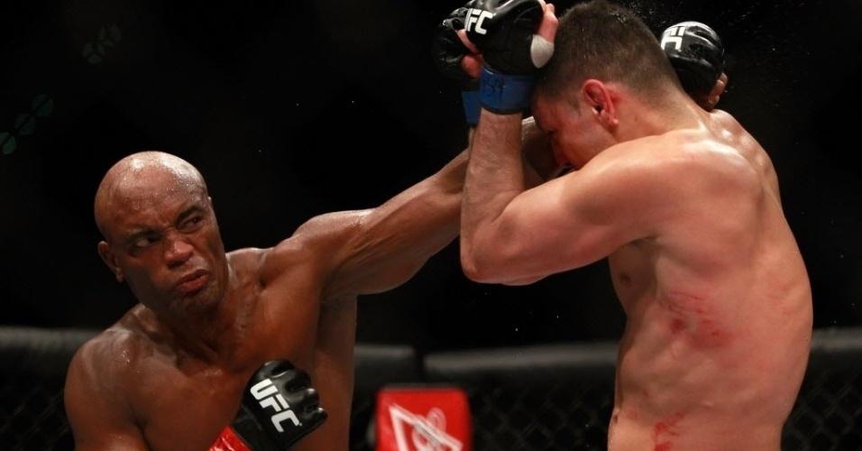 Anderson Silva acerta direto na cabeça de Nick Diaz, durante luta principal do UFC 183
