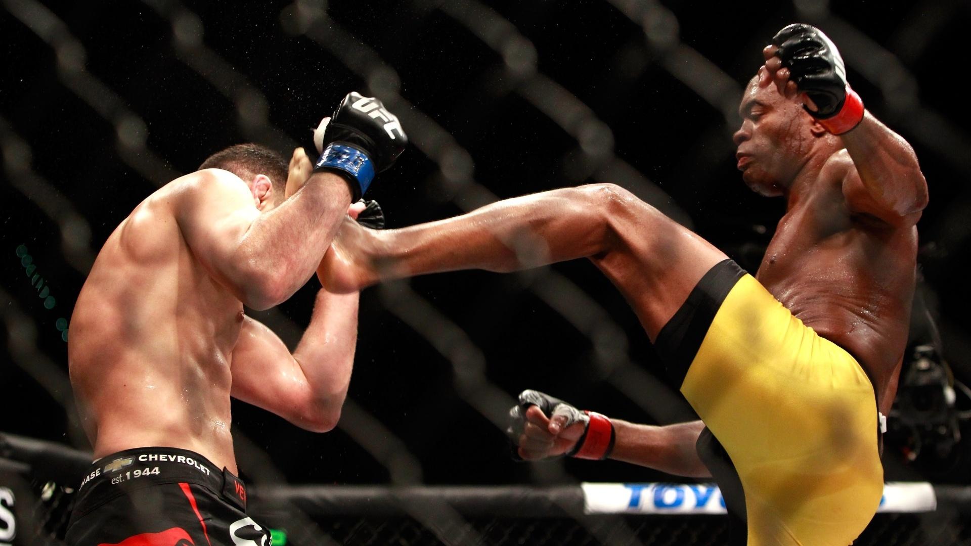 Anderson Silva castiga Nick Diaz e acerta chute no rosto do adversário na luta principal do UFC 183 em Las Vegas (EUA)