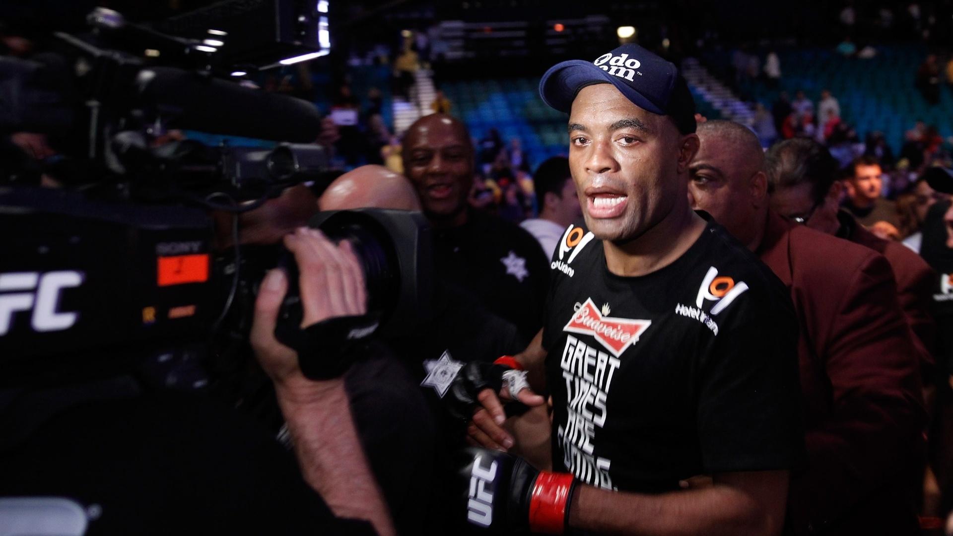 Anderson Silva comemora após vencer Nick Diaz na luta principal do UFC 183 em Las Vegas (EUA)