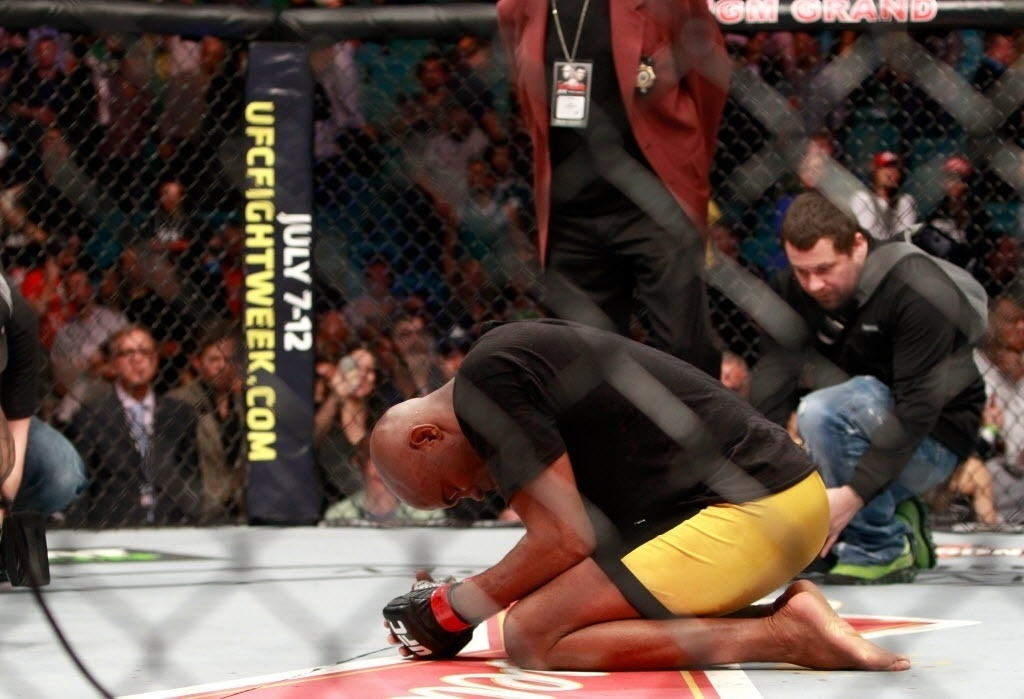 Anderson Silva se ajoelha no octógono para comemorar vitória contra Nick Diaz no UFC 183