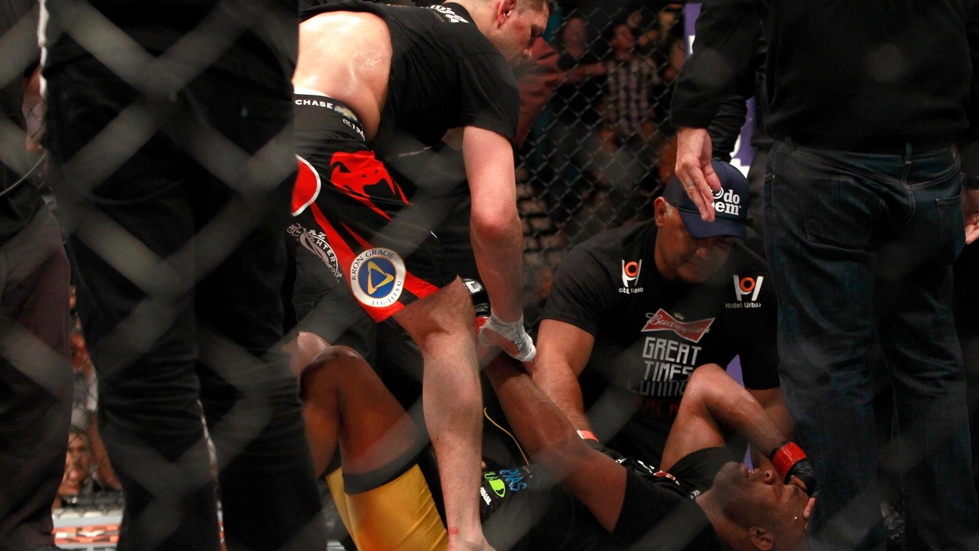 Anderson Silva se emociona após vencer Nick Diaz por decisão unânime na luta principal do UFC 183 em Las Vegas (EUA)