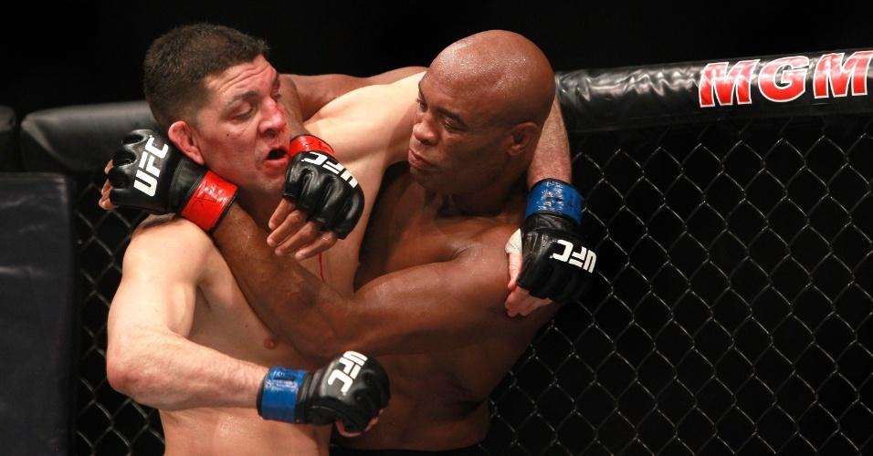 Anderson Silva tenta encaixar golpe em Nick Diaz durante a luta principal do UFC 183 em Las Vegas (EUA)