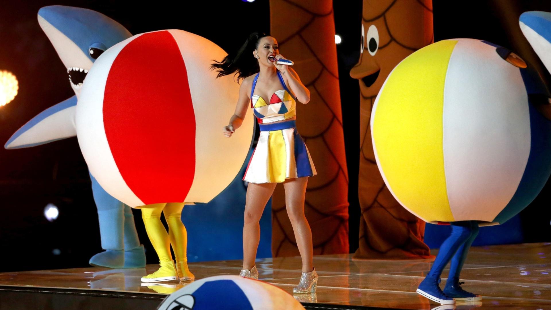 Em um cenário de praia, Katy Perry canta Teenage Dream e California Gurls