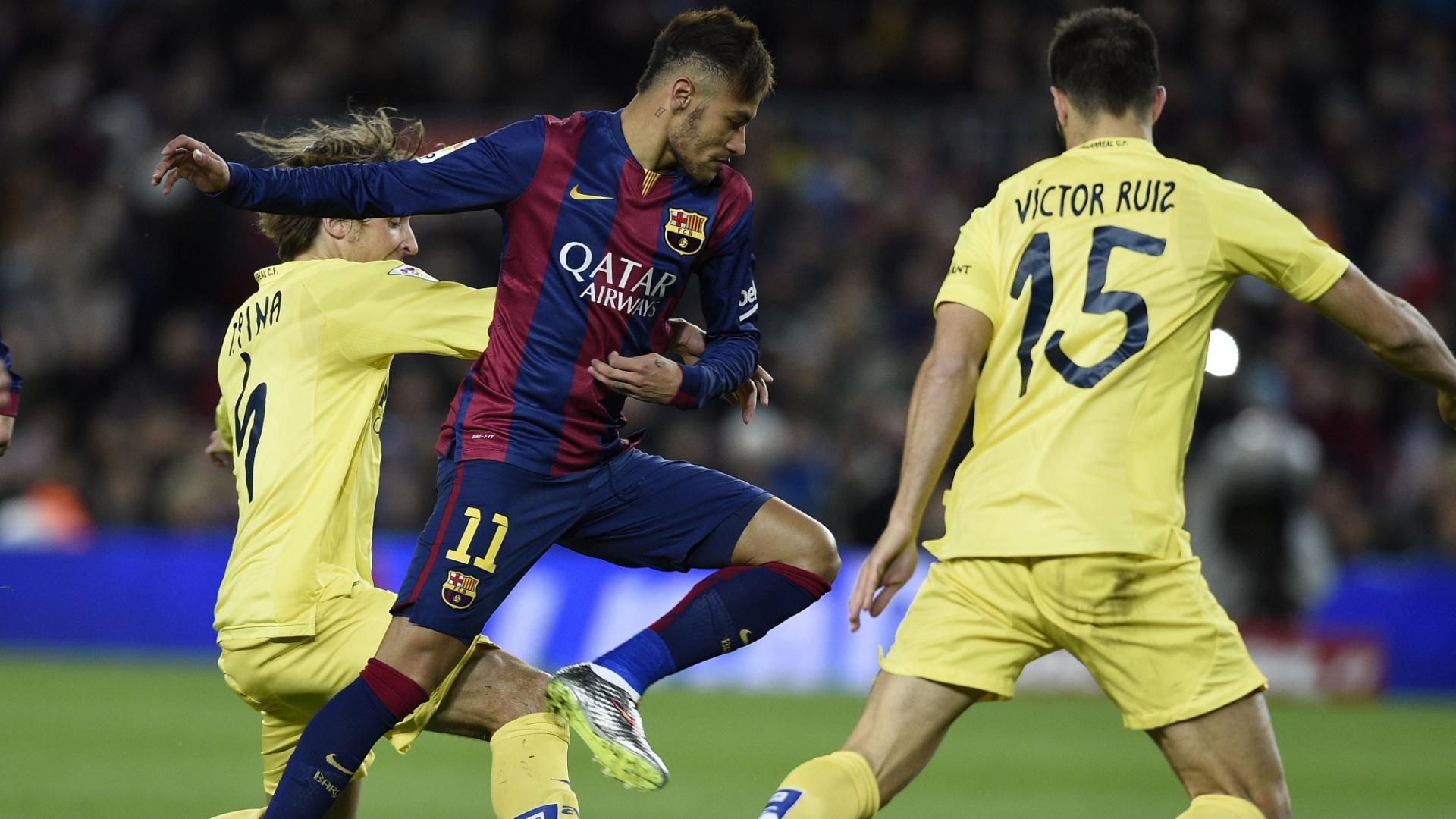 Neymar se livra de dois marcadores do Villarreal em jogo do Barcelona pelo Campeonato Espanhol
