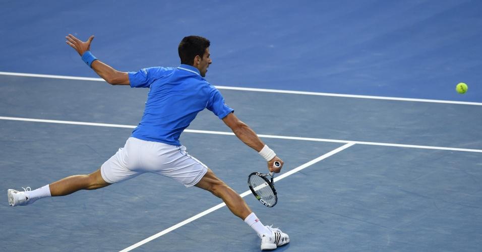 Novak Djokovic se estica para devolver a bola. Sérvio venceu o primeiro set por 7 a 6