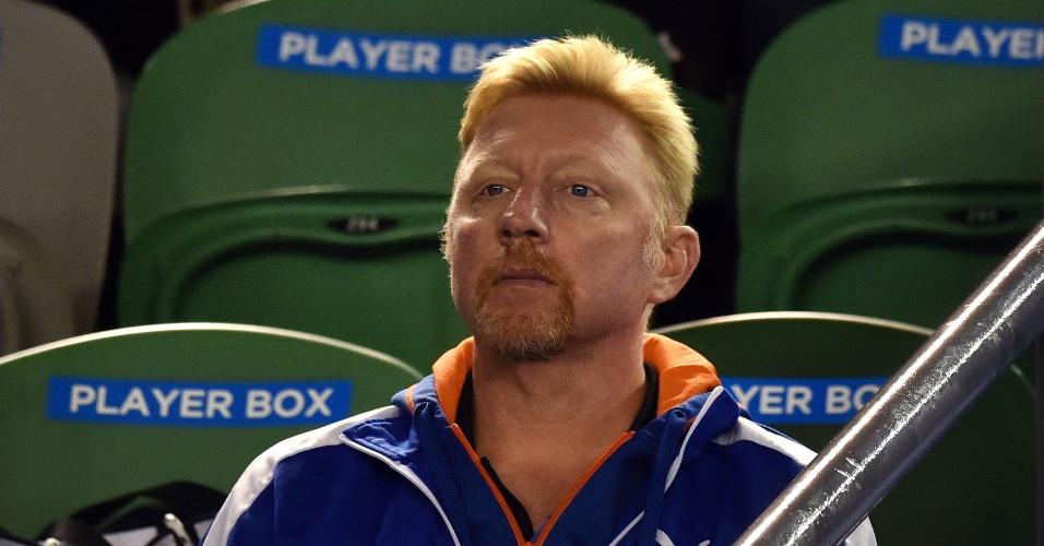 Técnico de Djokovic, Boris Becker observa a partida