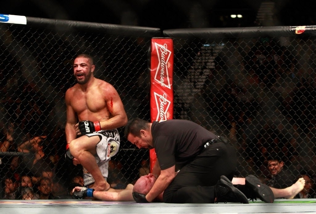 Thales Leites se levanta após apagar Tim Boetsch com finalização, no card principal do UFC 183