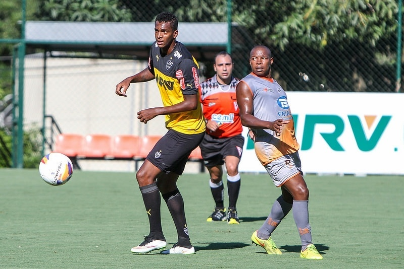 Jô tentou algumas vezes contra o Social, mas atacante do Atlético-MG segue em jejum até em jogo-treino
