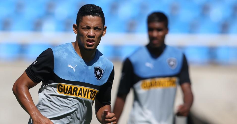 Tomas observa companheiros durante treinamento do Botafogo, no Engenhão
