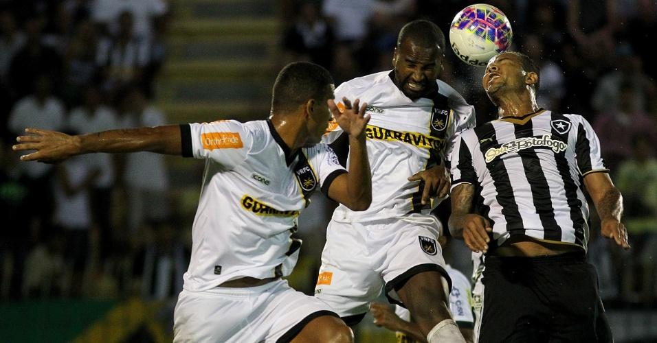Bill cabeceia bola durante jogo entre Botafogo e Volta Redonda