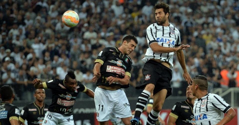 Felipe cabeceia para fazer o segundo gol do Corinthians contra o Once Caldas