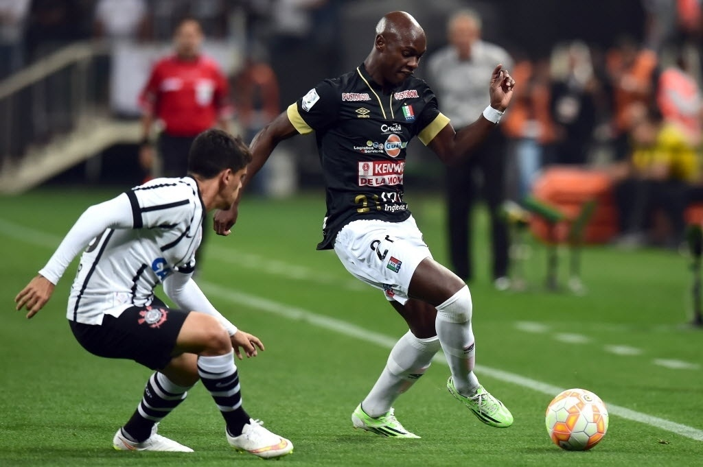 Jhon Valoy encara a marcação de Fagner na partida entre Corinthians e Once Caldas