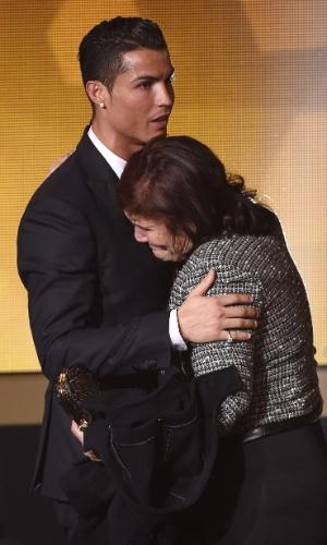 Cristiano Ronaldo abraça sua mãe após ser eleito o melhor jogador do mundo de 2014