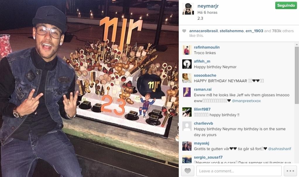 Neymar posa ao lado de seu bolo de aniversário