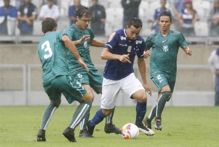 Leandro Damião tenta se livrar da marcação no duelo Cruzeiro x Caldense