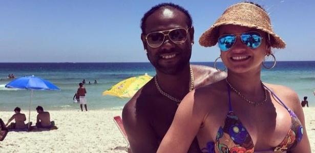Love curte praia com a mulher no Rio. Ela esteve receosa com ida ao Corinthians