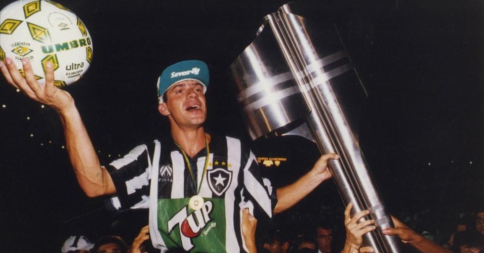 Campeonato Brasileiro, 1995: Santos 1 x 1 Botafogo: o jogador botafoguense Túlio com a bola do jogo e a taça comemora a conquista do Campeonato Brasileiro. (Foto: Ormuzd Alves/Folhapress - Negativo: SP 20263-1995)