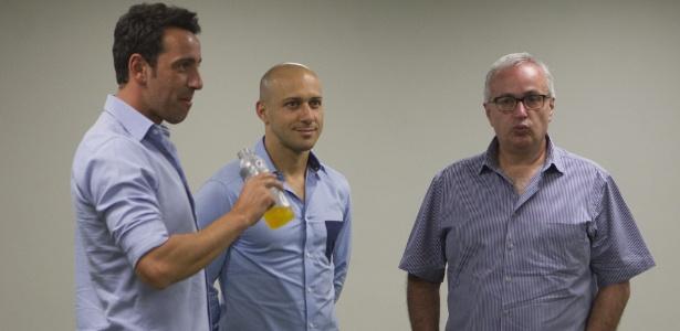 Edu Gaspar conversa com Alessandro, coordenador técnico, e o presidente Roberto de Andrade