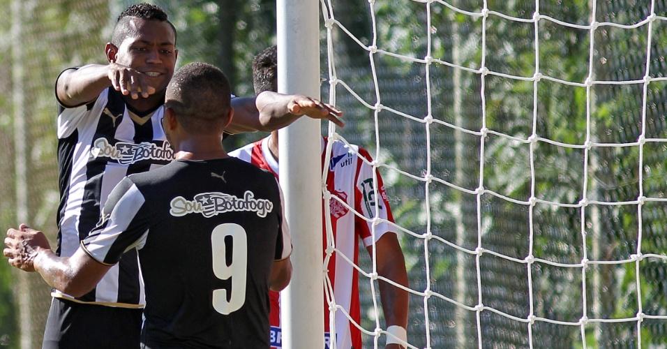 Jobson abraça Bill em comemoração do gol do companheiro em jogo do Botafogo