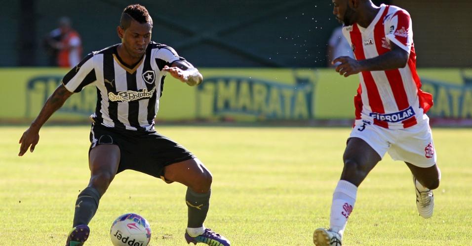 Jobson tenta driblar marcador durante jogo entre Botafogo e Bangu