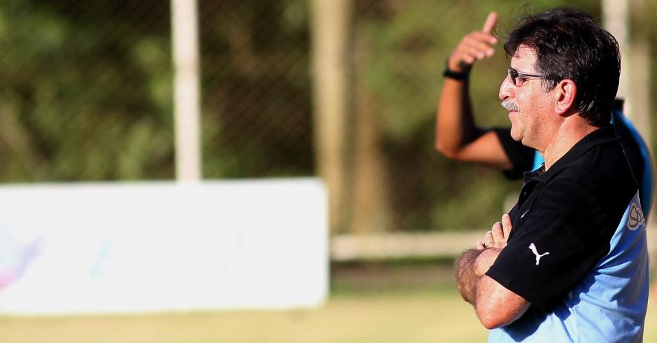 Técnico René Simões observa jogadores durante partida entre Botafogo e Bangu