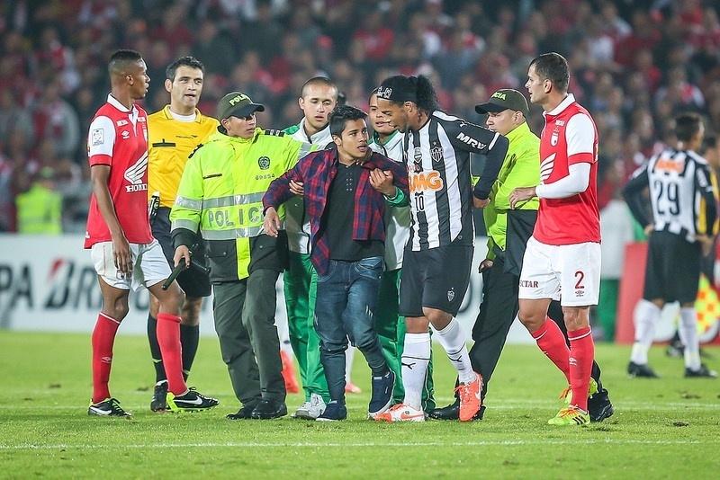 Na Colômbia, torcedor invadiu o campo para dar um abraço em Ronaldinho