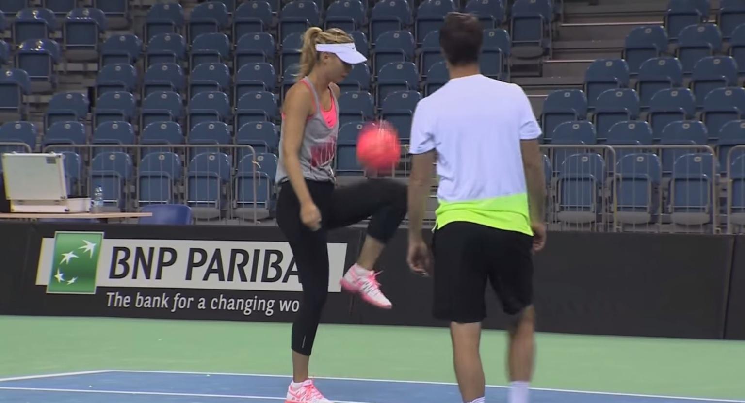 Maria Sharapova fazendo embaixadinhas antes do confronto Polônia x Rússia pela Fed Cup 2015