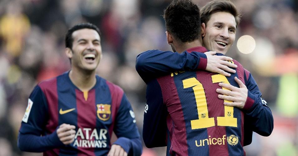 Neymar recebe abraço de Messi após abrir o placar para o Barcelona