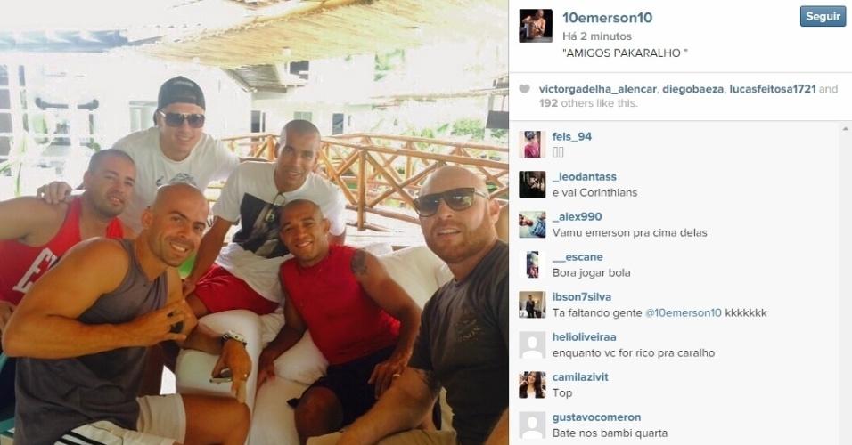 Atacante do Corinthians, Emerson Sheik passou o Carnaval com amigos, entre eles José Aldo, campeão dos penas do UFC